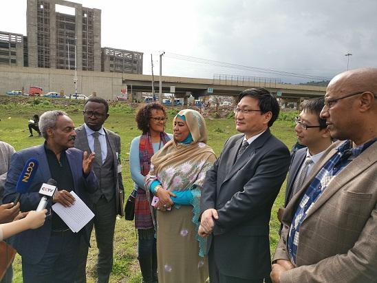 刘豫锡大使和非盟社会事务委员阿米拉考察非洲疾控中心建设用地